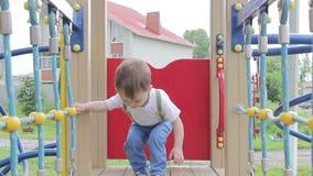 Niño pequeño que juega en el patio almacen de metraje de vídeo