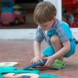 Niño pequeño que juega en el patio trasero Foto de archivo libre de regalías