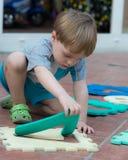 Niño pequeño que juega en el patio trasero Fotografía de archivo