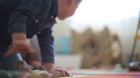 Niño pequeño que juega en el piso con diversos animales almacen de metraje de vídeo