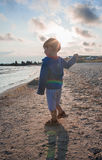 Niño pequeño que juega en la costa Fotos de archivo