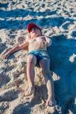 Niño pequeño que juega en la costa Fotos de archivo libres de regalías