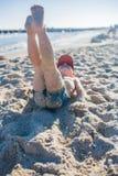 Niño pequeño que juega en la costa Foto de archivo