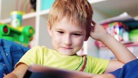 Niño pequeño que juega en la tableta metrajes