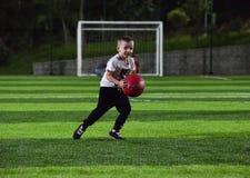 Niño pequeño que juega la bola Fotografía de archivo