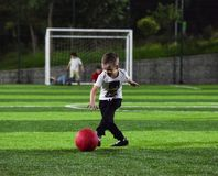 Niño pequeño que juega la bola Fotos de archivo