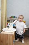 Niño pequeño que juega la cocina Foto de archivo libre de regalías