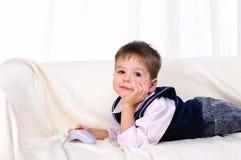 Niño pequeño que juega a los videojuegos Fotografía de archivo libre de regalías