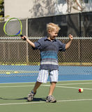 Niño pequeño que juega a tenis Fotos de archivo libres de regalías