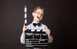 Niño pequeño que lleva a cabo el tablero de chapaleta en manos. Fotos de archivo libres de regalías