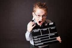 Niño pequeño que lleva a cabo el tablero de chapaleta en manos. Fotos de archivo