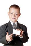 Niño pequeño que lleva a cabo un espacio en blanco Imágenes de archivo libres de regalías