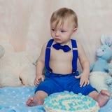 Niño pequeño que llora en su 1ra fiesta de cumpleaños Imágenes de archivo libres de regalías
