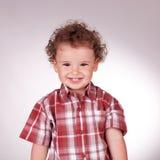 Niño pequeño que mira la cámara y la sonrisa Imagen de archivo libre de regalías