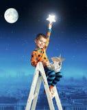 Niño pequeño que recoge las estrellas brillantes Fotos de archivo libres de regalías