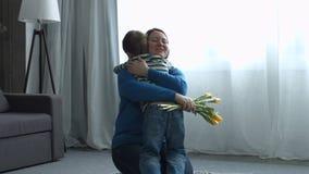 Niño pequeño que saluda a su madre el día del ` s de la madre almacen de metraje de vídeo