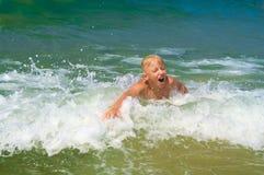 Niño pequeño que se baña en el mar Imagenes de archivo