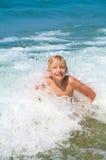 Niño pequeño que se baña en el mar Foto de archivo