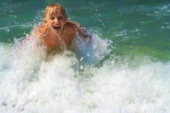 Niño pequeño que se baña en el mar Foto de archivo libre de regalías
