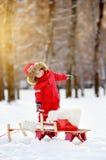 Niño pequeño que se divierte en invierno Imagenes de archivo