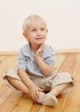 Niño pequeño que se sienta fotos de archivo
