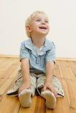 Niño pequeño que se sienta imágenes de archivo libres de regalías