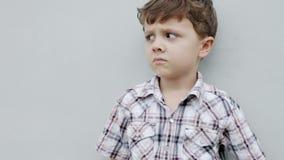 Niño pequeño que se sienta cerca de la casa metrajes