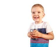 Niño pequeño que se sostiene de cristal con el agua helada Aislado en blanco Imagen de archivo