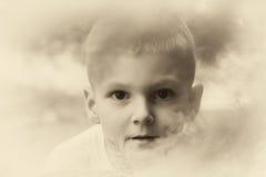 Niño pequeño que sonríe al aire libre Fotografía de archivo libre de regalías