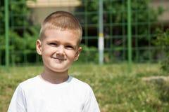 Niño pequeño que sonríe al aire libre Imágenes de archivo libres de regalías