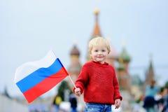 Niño pequeño que sostiene la bandera rusa Fotos de archivo