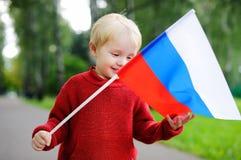 Niño pequeño que sostiene la bandera rusa Fotos de archivo libres de regalías