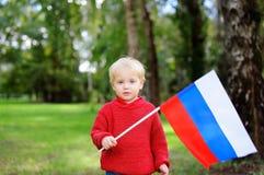 Niño pequeño que sostiene la bandera rusa Imagen de archivo