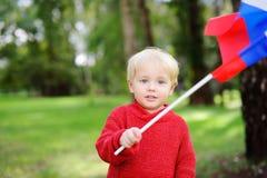 Niño pequeño que sostiene la bandera rusa Imagen de archivo libre de regalías