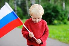 Niño pequeño que sostiene la bandera rusa Imágenes de archivo libres de regalías
