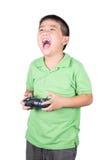 Niño pequeño que sostiene un teledirigido de radio (microteléfono que controla) para el helicóptero, el abejón o el avión aislado Imagen de archivo