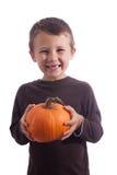 Niño pequeño que sostiene una calabaza Imagenes de archivo