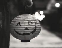 Niño pequeño que sostiene una linterna de Halloween imagenes de archivo