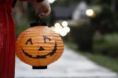 Niño pequeño que sostiene una linterna de Halloween foto de archivo libre de regalías