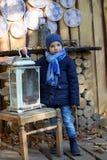 Niño pequeño que sostiene una linterna grande Imágenes de archivo libres de regalías