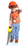 Niño pequeño que sostiene una sierra para metales en la madera fotos de archivo