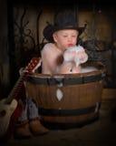 Niño pequeño que toma el baño de burbuja Fotos de archivo