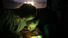 Niño pequeño que usa la PC de la tableta durante viaje en coche en almacen de metraje de vídeo