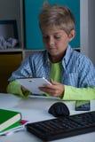 Niño pequeño que usa la tableta fotos de archivo