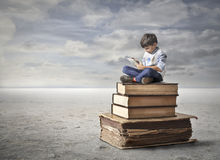 Niño pequeño que usa una tablilla Fotos de archivo libres de regalías