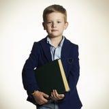 Niño pequeño que va a la escuela Niño con el libro Foto de archivo libre de regalías