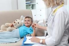 Niño pequeño que visita del doctor de los niños fotografía de archivo libre de regalías