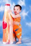 Niño pequeño sediento Fotografía de archivo