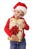 Niño pequeño sonriente con el rectángulo de regalo amarillo de la Navidad Imagenes de archivo