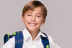Niño pequeño sonriente con la mochila Imagen de archivo libre de regalías